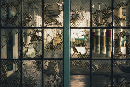 Important factors to consider before hiring a glass repair service